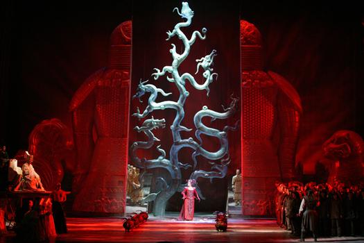 В Большом театре ценят Джакомо Пуччини.  Я в восторге от внешнего вида сцены - это же просто фантастика.
