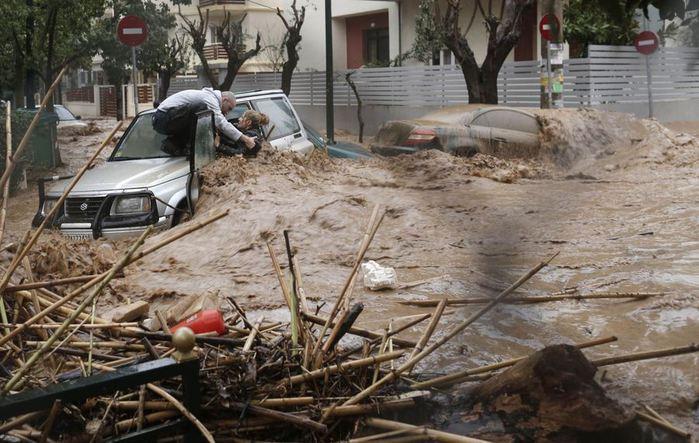 Драматическое спасение женщины из автомобиля в Греции. Фотографии