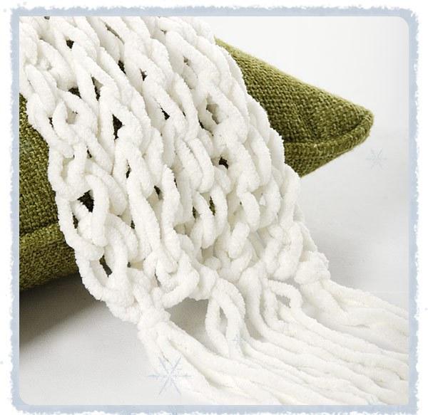 Такие объемные косы из вязанных заготовок смотрятся очень эффектно и применимы абсолютно ко всему: шарфы, шапки...
