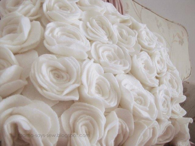 almohada con rosas hechas de fieltro (1) (640x480, 59Kb)