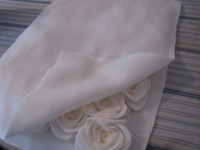 almohada con rosas hechas de fieltro (12) (640x480, 43Kb)
