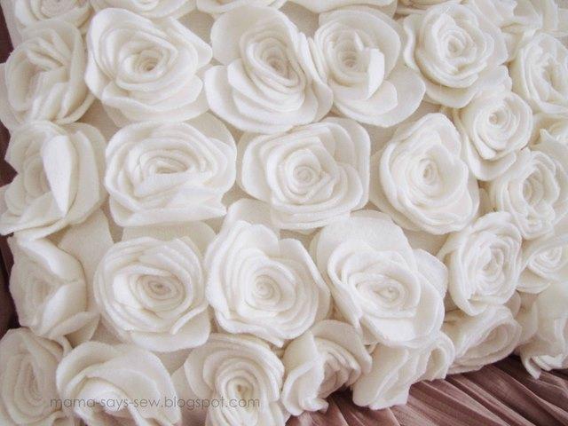 almohada con rosas hechas de fieltro (15) (640x480, 71Kb)