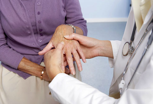 3424885_photolibrary_rf_photo_of_doctor_examining_hand_for_RA (493x335, 29Kb)
