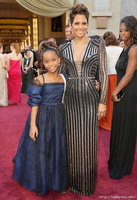 halle_berry_stripes_oscars_2013_red_carpet_18ildu2-18ile0f (480x700, 243Kb)