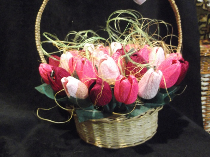 Конфетные цветы из гофрированной бумаги своими руками
