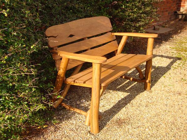 В первую очередь скамейки для дачи предназначены для отдыха, следовательно, лучшее место для их размещения - уютные...