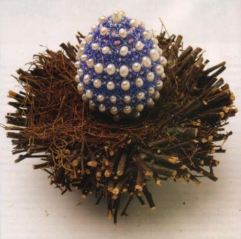 """Оплетение пасхального яйца с помощью  """"колечек """".  Яйцо в гнезде."""