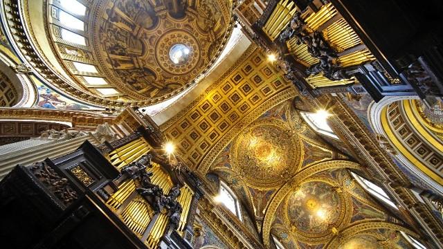 Внутренний купол собора украшают