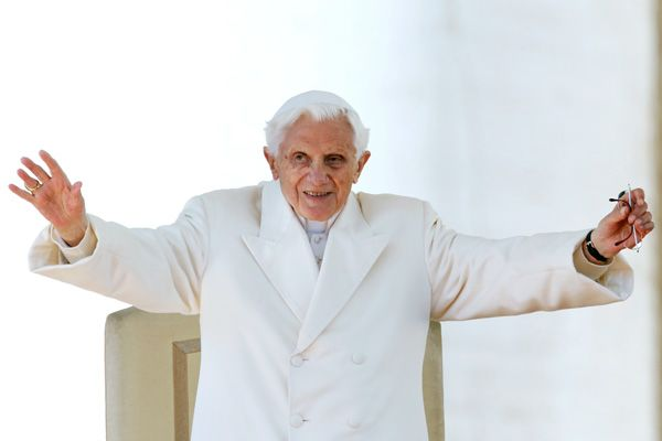 1361985997_Benedikt_XVI_poproschalsya_s_katolikami___RTR3ECEY_ill (600x400, 17Kb)