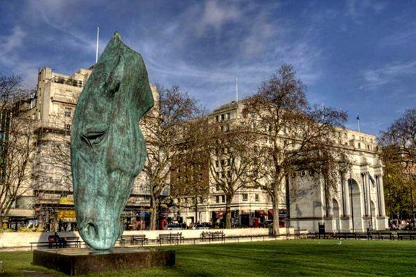 Ник Фиддиан-Грин. Скульптуры – гигантские лошадиные головы