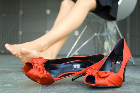 Одним из самых первых звоночков, которые должны насторожить, является усталость ног, отёки, чувство тяжести...