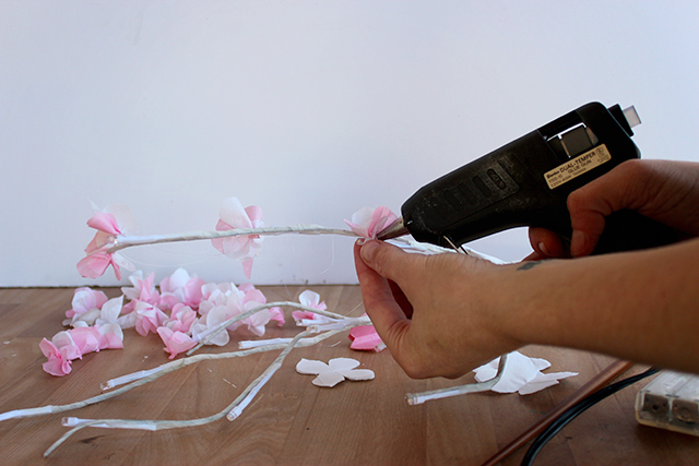 веточка цветущей вишни из бумаги (5) (640x427, 242Kb)