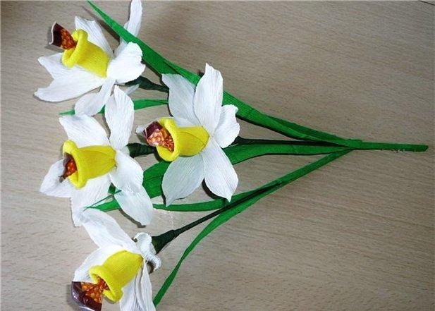 Нарцисс из гофрированной бумаги своими руками с конфетами