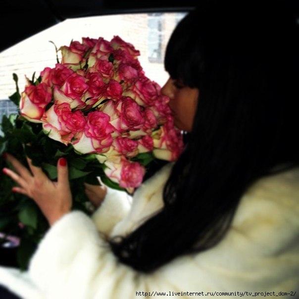 Фото девушек брюнеток с челкой с цветами