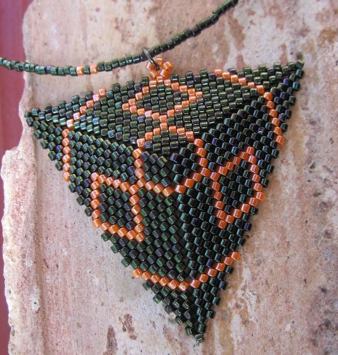 Из бисера по схемам сплести треугольник. из бисера (665x700, 417Kb) .