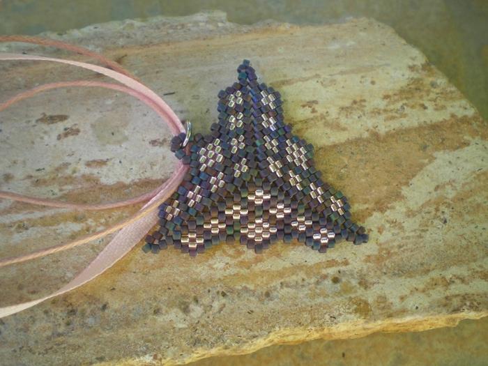 Предлагаю любителям бисероплетения сплести своими руками из бисера кулон ввиде объемного треугольника.