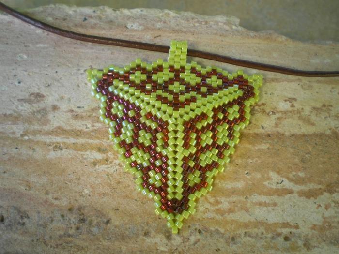 Сплести из бисера по схемам объемный треугольник. сплести из бисера (700x525, 301Kb) .