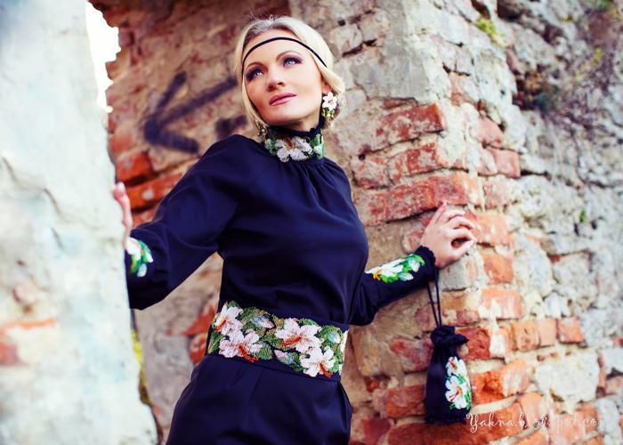 Сейчас всё чаще в магазинах встречаются платья, юбки, сумки и блузки расшитые бисером.