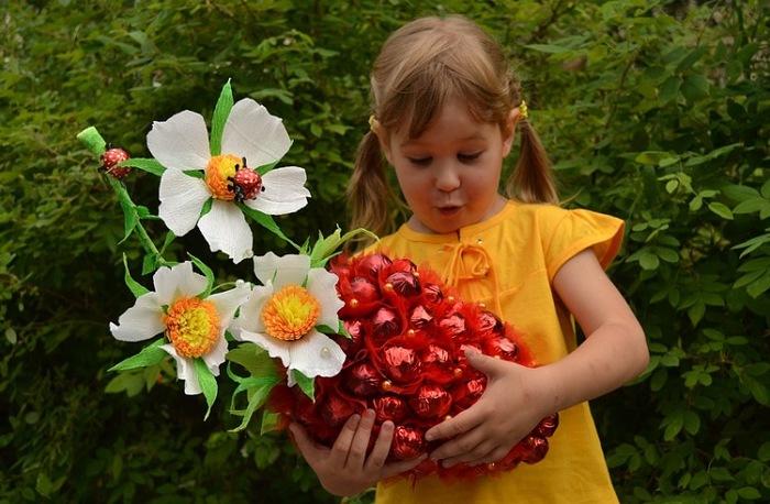 ягода из конфет (10) (700x458, 112Kb)