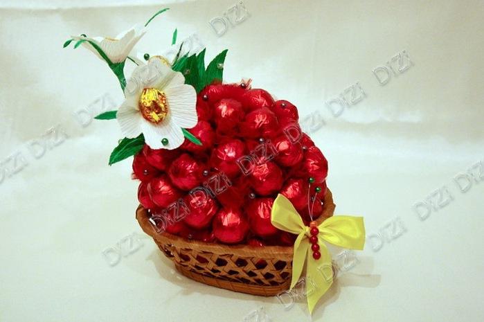 ягода из конфет (12) (700x465, 78Kb)