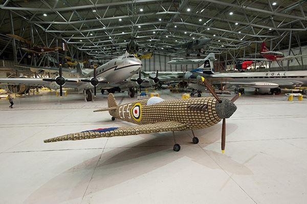 Модель самолета-истребителя Spitfire из картонных коробок для яиц