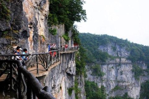 Подвесная тропа на горе Тяньмэнь в Китае. Гора Тяньмэнь - первая гора в Чжанцзяцзе, высота которой 1518.6 метров (480x318, 48Kb)