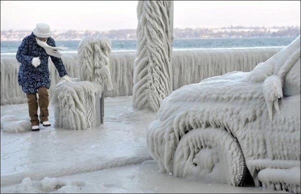 Швейцария. Город Версоикс на берегу озера Женева. Лед сковал припаркованные на набережной автомобили (604x389, 38Kb)
