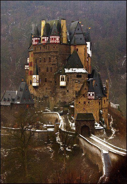 Бург Эльтц, Германия. Настоящий средневековый замок с башнями, легендами и даже сокровищами, находится на берегу реки Мозель, между городами Кобленц и Трир (419x604, 72Kb)