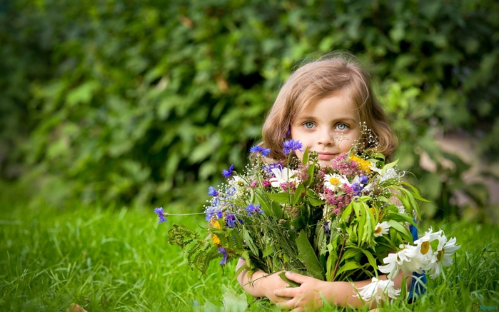 4469187_girl_holding_flower_bouquet2560x1600 (700x437, 250Kb)