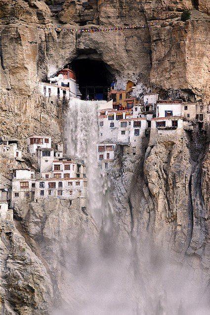 Монастырь Phuktal, на севере Индии. Построен в середине 12 века в скале (425x636, 110Kb)