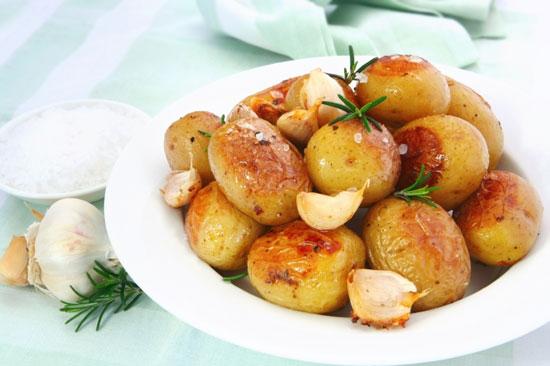 Вареная картошка с чесноком в духовке рецепт