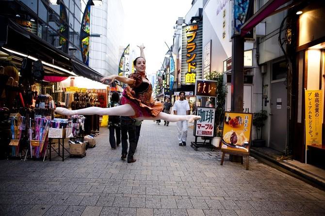 Lisa Tomasetti балерины на городских улицах 2 (670x446, 118Kb)