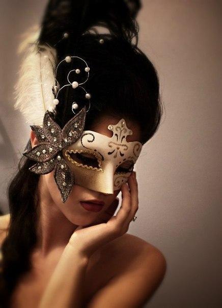 Красивая на аву в маске