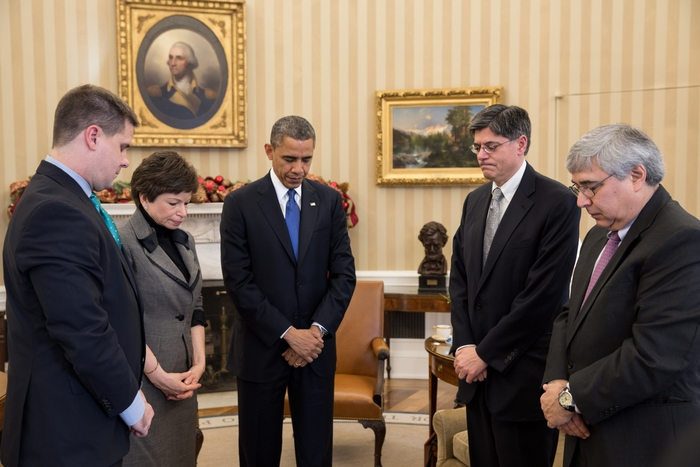 2447247_Minute_of_silence_at_White_House_for_Sandy_Hook_school_shooting (700x467, 216Kb)