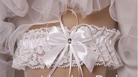 Подвязка на ноге у невесты