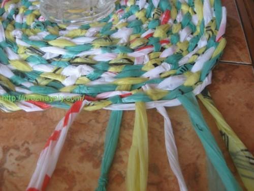 Вот такой получается коврик из пакетов, плетение косичкой.Спирали не видно, т.к делала припуски (воздушные петли) и...