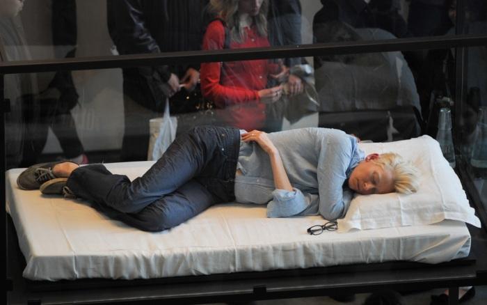Tilda Swinton спит в музее (700x438, 80Kb)