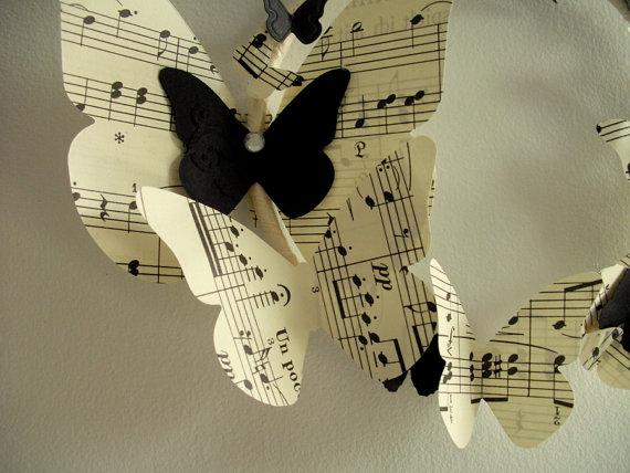 Венки с бабочками из газет, нотных и книжных страниц. Винтажные идеи (18) (570x428, 63Kb)