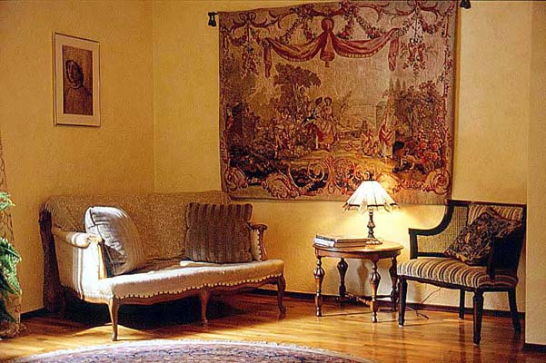 Silk-screened tapestry in French room setting (601x400, 62Kb)