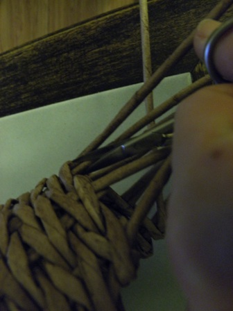 пасхальная курочка из газетных трубочек (62) (336x448, 49Kb)