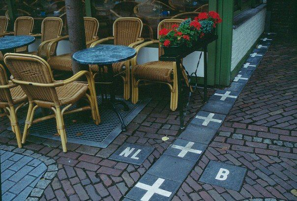 Граница между Бельгией и Голландией в одном из кафе (604x409, 61Kb)