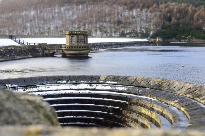 водослив на водохранилище Ледибауэр Англия 3 (700x464, 105Kb)