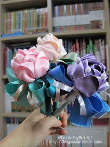 Украшаем шариковую ручку розами из атласной ленты (26) (370x495, 67Kb)