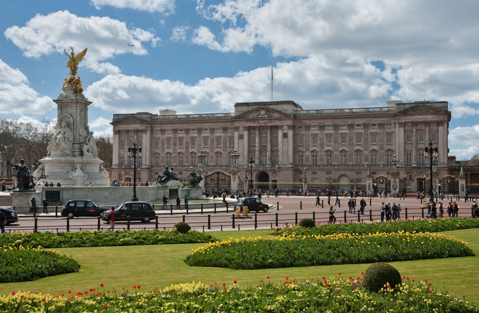 3937404_Buckingham_Palace_London__April_2009 (700x458, 290Kb)