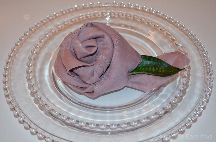 Как сложить розу из льняной салфетки для оригинальной сервировки стола (9) (700x462, 79Kb)