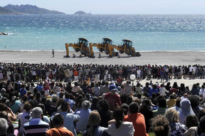 танец с экскаваторами на пляже марселя (680x453, 120Kb)