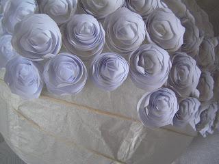 decorar una pantalla de lámpara hecha de rosas de papel (3) (320x240, 24Kb)
