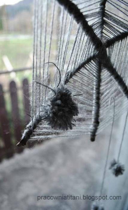 Декоративная паутина из веток с пауками из помпонов (4) (427x700, 64Kb)