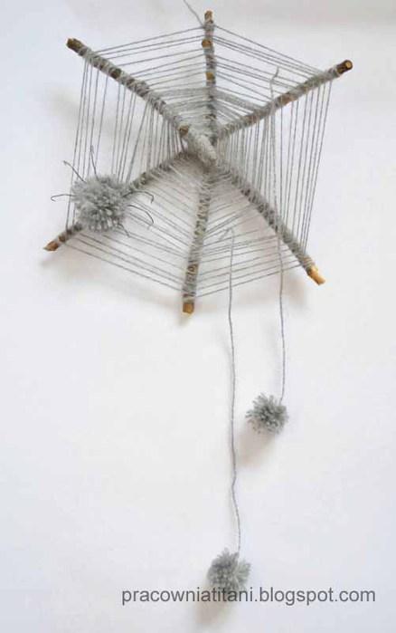 Декоративная паутина из веток с пауками из помпонов (6) (438x700, 39Kb)