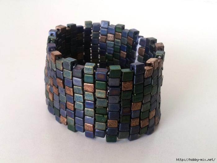 Эффектный и модный браслетик можно сплести самостоятельно, причем бусины могут быть и круглые, разных оттенков.